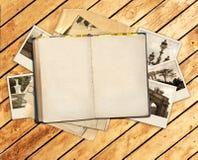 Altes Buch und Fotos Stockbild