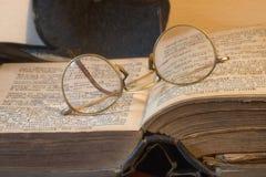 Altes Buch und Gläser lizenzfreie stockfotografie