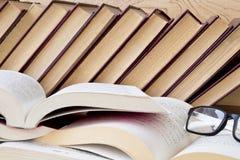 Altes Buch und Gläser auf hölzernem Regal lizenzfreies stockbild