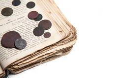 Altes Buch und Münzen Stockbild