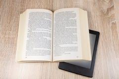 Altes Buch und modernes  lizenzfreie stockfotografie