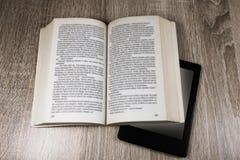 Altes Buch und modernes  stockfotos