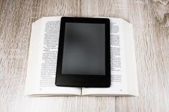 Altes Buch und modernes  stockfotografie