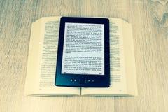 Altes Buch und modernes  lizenzfreies stockbild