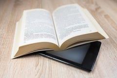 Altes Buch und modernes  lizenzfreie stockfotos