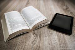 Altes Buch und modernes  lizenzfreies stockfoto