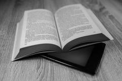 Altes Buch und modernes  Rebecca 6 lizenzfreie stockfotos