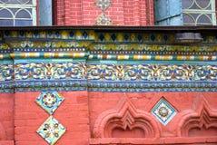 Altes buntes Endstück auf der Wand der roten Backsteine der Offenbarungskirche Lizenzfreies Stockfoto
