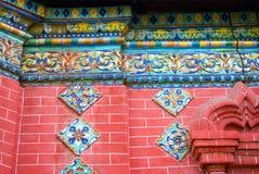 Altes buntes Endstück auf der Wand der roten Backsteine der Offenbarungskirche Lizenzfreies Stockbild