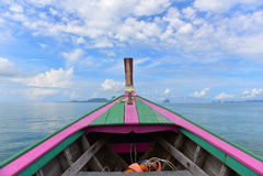 Altes buntes hölzernes Boot, das Andaman-Meer erforscht Stockfotos