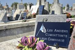 Altes cemetry in Frankreich mit Blumen stockbilder