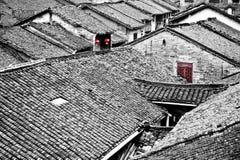 Altes chinesisches Dorf mit roter Lampe und Fenster Lizenzfreie Stockbilder