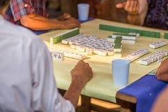 Altes chinesisches Volk, das chinesische Milliamperestunde-jong Kartenspiele spielt Stockfoto
