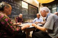 Altes chinesisches Volk, das Mahjong spielt Stockbild