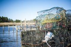 Altes Crabpot an einem Jachthafen Stockfotos