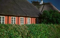Altes dänisches rotes gezimmertes Haus mit weißen Fenstern lizenzfreies stockbild