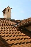 Altes Dach mit Keramikziegeln und Kamin. Stockfotos