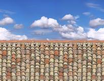 Altes Dach und Himmel Stockfoto
