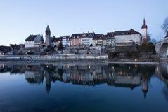 Altes Dorf Bremgarten in der Schweiz nach Sonnenuntergang Lizenzfreie Stockbilder