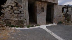 Altes Dorfgebäude ohne Türen und Fenster und ruinierte Wände stock video