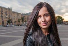 Altes draußen aufwerfen der russischen Jahre des Brunette 20s Stockfoto