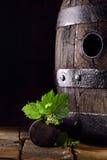 Altes Eichenweinfaß mit Weinblättern Stockfoto