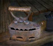 Altes Eisen auf Kohlen Stockbilder