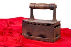 Altes Eisen und rotes Gewebe Stockbilder