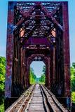 Altes Eisenbahn-Gestell mit einer alten ikonenhaften Eisen-Fachwerkbrücke Lizenzfreie Stockbilder