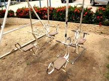 Altes Eisenschaukelpferd auf Spielplatz Stockbilder