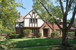 Altes Englisch Tudor Home in den Bäumen Stockfoto