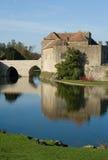 Altes englisches Schloss und Burggraben Stockfotografie