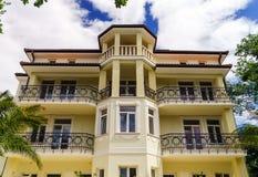 Altes erneuertes Landhaus auf adriatischem Seebad Stockfoto