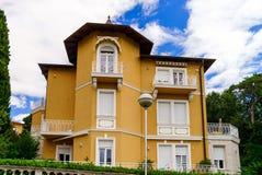 Altes erneuertes Landhaus auf adriatischem Seebad Lizenzfreie Stockfotografie