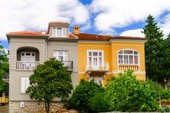 Altes erneuertes Landhaus auf adriatischem Seebad Stockfotografie