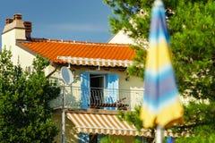 Altes erneuertes Landhaus auf adriatischem Seebad Lizenzfreie Stockfotos
