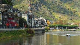 Altes europäisches Dorfautoverkehrs-Kai-Flussbootskirchengebäude stock video footage