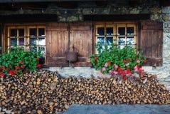 Altes europäisches hölzernes Fenster mit Fensterläden und Blume Stockbilder