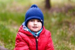 Altes Fünfjahreskind in einer KAPPE und in einer Jacke lizenzfreie stockfotos