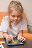 Altes Fünfjahresmädchen, das Sand applizieren lässt Lizenzfreies Stockfoto