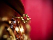 Altes Fach eines Schließfachs mit goldenem Schlüssel stockbilder