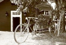 Altes Fahrrad ausgerüstet mit Körben der Blume Lizenzfreies Stockbild