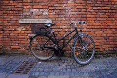 Altes Fahrrad, das an steht Stockbilder