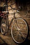 Altes Fahrrad gegen Stockbild