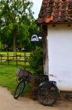Altes Fahrrad gegen eine Wand Lizenzfreies Stockbild