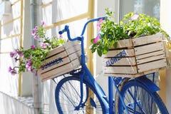 Altes Fahrrad mit Blumen Stockfotografie