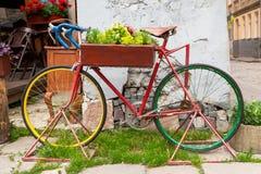 Altes Fahrrad mit dem Kasten von Blumen Lizenzfreies Stockfoto