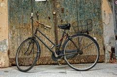Altes Fahrrad in Montevarchi, Italien lizenzfreie stockfotos