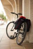 Altes Fahrrad am Rand einer alten Straße Lizenzfreie Stockfotos