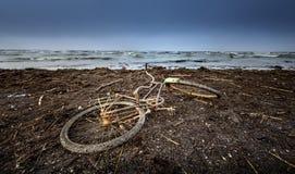 altes Fahrrad am Strand lizenzfreies stockbild